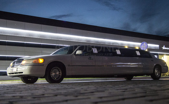 Lincoln_town_car_limo_white_100