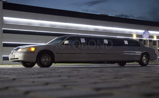 Lincoln_town_car_limo_white_101