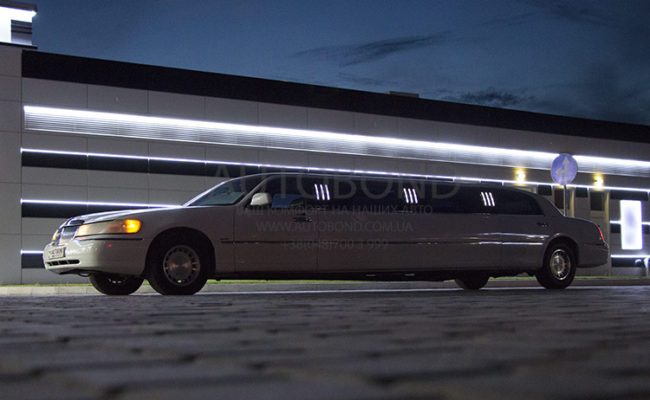Lincoln_town_car_limo_white_102