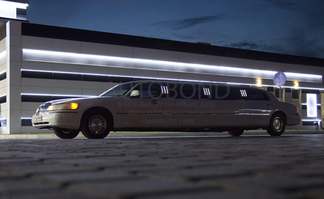Lincoln_town_car_limo_white_103