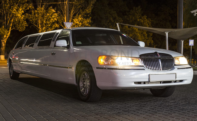 Lincoln_town_car_white_Limo_11