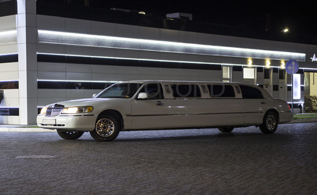 Lincoln_town_car_white_Limo_15
