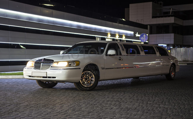 Lincoln_town_car_white_Limo_17