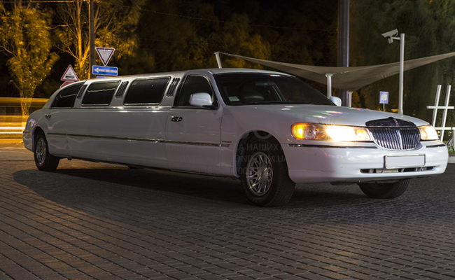 Lincoln_town_car_white_Limo_19
