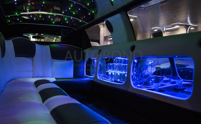 Lincoln_town_car_white_Limo_21